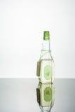 Olio vegetale in una bottiglia su un fondo di legno bianco Immagine Stock