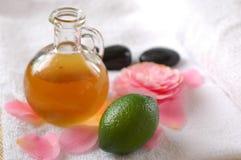 Olio verde di massaggio e della calce Immagini Stock
