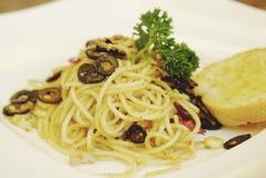 Olio verde oliva di aglio degli spaghetti con il peperoncino rosso ed il pane all'aglio Immagini Stock Libere da Diritti