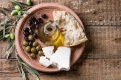 Oliv med fetaost och bröd Fotografering för Bildbyråer
