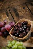 Oliv och druvor Arkivbild
