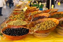 Oliv och grönsaker som är till salu på bönder, marknadsför royaltyfri bild