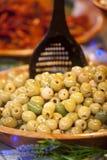 Oliv på öppen matmarknad Royaltyfri Foto