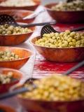 Oliv på öppen matmarknad Royaltyfri Bild