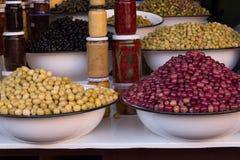Oliv som visas i en marknad i Marrakesh arkivfoton