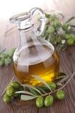 Oliva verde e carafe fotografia stock