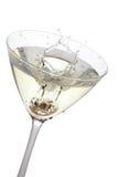 Olive éclaboussant dans un verre de cocktail, d'isolement Photo stock