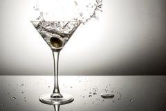 Olive éclaboussant sur martini Photographie stock