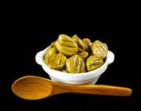 Olive arrostite in una ciotola bianca Immagine Stock