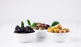 Olive in ciotole su bianco Fotografie Stock