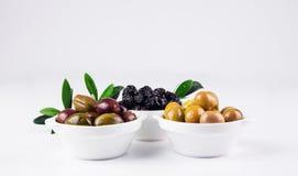 Olive in ciotole su bianco Fotografia Stock