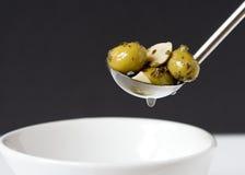 Olive con aglio e le erbe Immagini Stock