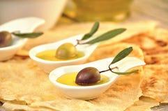 Olive con l'olio di oliva vergine supplementare Fotografia Stock