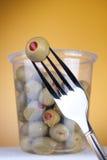 Olive con pepe in casella Fotografie Stock Libere da Diritti