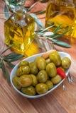 Olive dell'artigiano inscatolate in olio d'oliva vergine extra, aceto, spezie con i peperoni ed aglio fotografie stock