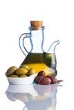 olive e olio d'oliva su fondo bianco Fotografia Stock