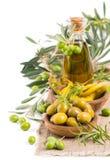 Olive e peperoncino marinati in ciotole di legno Fotografia Stock