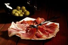 Olive e prosciutto curato spagnolo di Serrano Immagine Stock Libera da Diritti