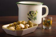 Olive ed oli con la latta dell'olio fotografia stock