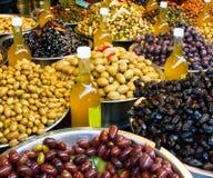 Olive ed olio di oliva da vendere Immagine Stock