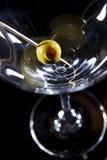 olive en verre de martini Images libres de droits