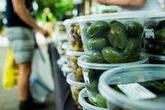 Olive fresche su esposizione Fotografie Stock Libere da Diritti
