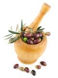 Olive fresche in un mortaio di legno Immagini Stock