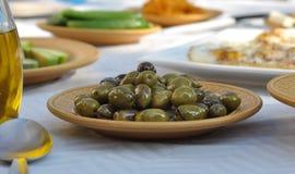 Olive nella parte anteriore Fotografia Stock