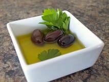 Olive nella priorità bassa strutturata del piatto Fotografie Stock