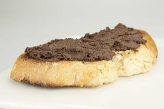 Olive nere del pane tostato schiacciate immagine stock