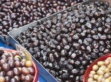 Olive nere greche su una stalla del mercato Fotografia Stock