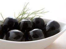Olive nere nella ciotola bianca Fotografia Stock Libera da Diritti