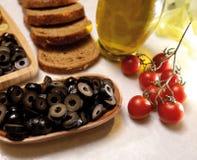 Olive noire coupée en tranches organique et naturelle Photographie stock