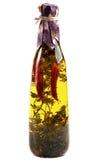 Olive Oil avec Chili Pepper et des herbes Photographie stock libre de droits