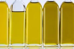 Olive Oil Bottles en fila y diversas sombras Imagen de archivo libre de regalías