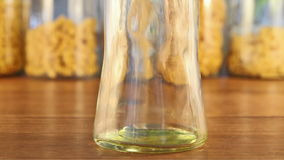 Olive Oil Cascading Into un tarro de cristal almacen de video