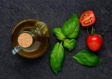 Olive Oil con basilico ed il pomodoro Fotografie Stock Libere da Diritti