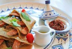 Olive Oil e marroquino Harissa Chili Sauce Served com os crepes salgados do cuscuz imagem de stock