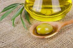 Olive Oil en un de madera Imagenes de archivo
