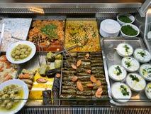 Olive Oil Food Dolma turque, Tzatziki Cacik, pois chiches, aubergine et chou de Bruxelles à l'étalage du restaurant images libres de droits