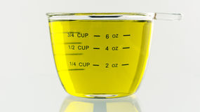 Olive Oil goss in 250-ml-messende Schale Lizenzfreie Stockfotografie