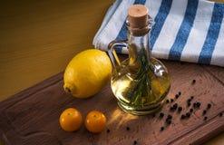 Olive Oil och citron arkivbild