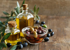 Olive oil and olives on wood background Royalty Free Stock Photos