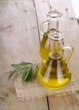 Olive Oil på ett trä Arkivfoton