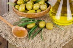 Olive Oil på ett trä royaltyfri fotografi