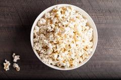 Olive Oil Popped Popcorn na bacia da porcelana foto de stock