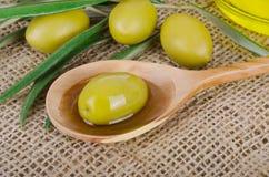 Olive Oil sur un en bois Photos stock