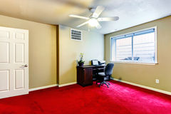 Olive and red office room with desk Royalty Free Stock Photo