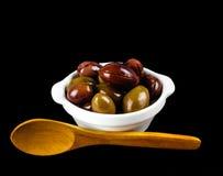Olive rosa in una ciotola bianca sul nero Fotografie Stock