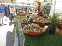 Olive saporite eccellenti ad un mercato francese fotografia stock libera da diritti